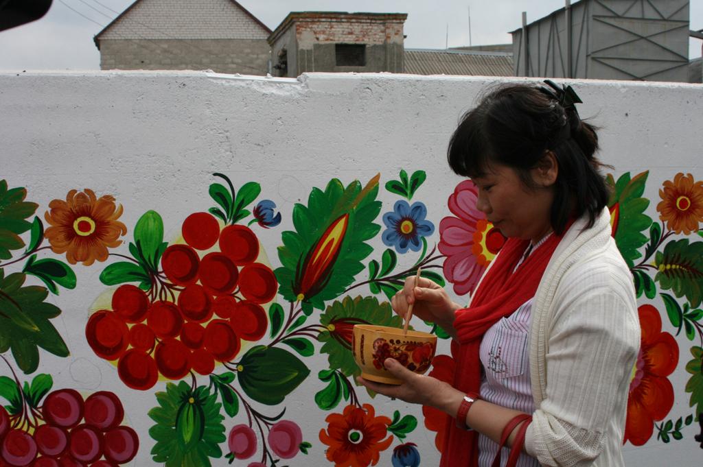 украинские рисунки на стенах практика, которой стоят