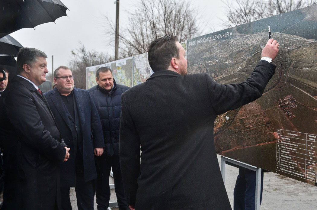 Президент Украины Порошенко на Днепропетровщине осмотрел ремонт трассы Н-08 Борисполь-Днепр-Запорожье