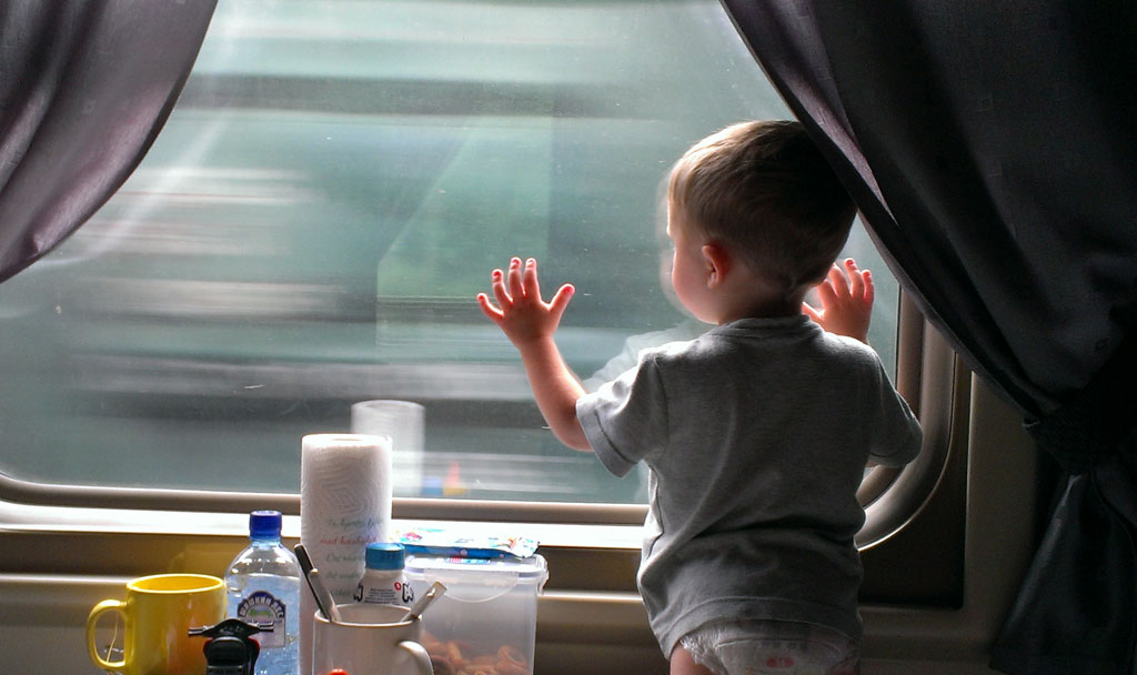 Картинка ребенок в поезде